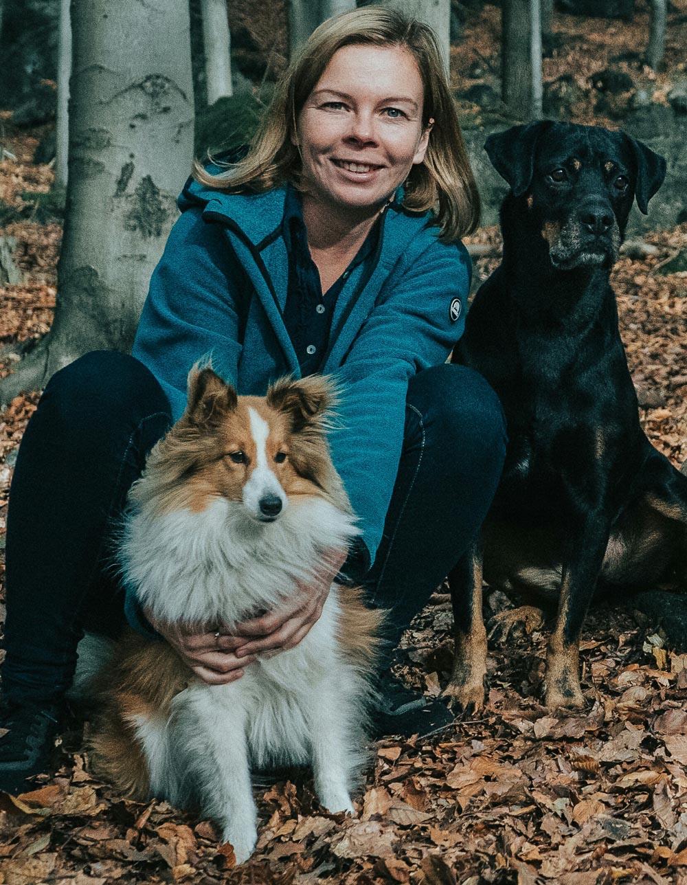 Agnieszka z Sabą i Snow w jesiennym lesie